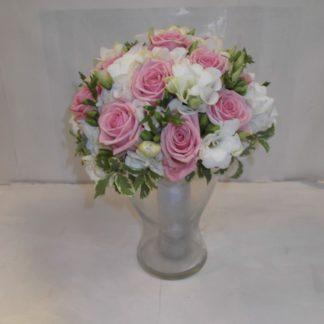 Svatební kytice z růžových růží doplněných eustomou.
